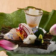 季節を映した蓮の葉に、新鮮な旬魚を盛り込んだ一皿。素麺に見立てた烏賊は自家製の麦味噌醤油で、小樽産の蛸はごま油塩でと、醤油だけでなく塩にもこだわり、炭塩や燻製塩など素材と好みに合わせた味付けでどうぞ。