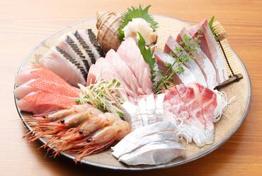 市場直送の新鮮な魚介を豪華に盛り付け。仕入れで変わるラインナップも愉しみのひとつ『おまかせ7点盛り』