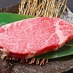 一頭買いの宮崎牛をはじめとした、A5ランクの銘柄牛を取り扱う国産黒毛和牛の焼肉専門店です。一頭から僅かしか取れない希少部位の奥行のある肉の旨みが、美食を楽しむゲストの探求心を刺激します。