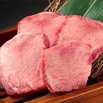 黒毛和牛の超希少部位であることから、幻のタンとも呼ばれている『黒タン』を厚切りで提供しています。表面をさっと焼いて食せば、弾力のある食感と同時にぎゅっと凝縮した肉の旨みが口の中にあふれます。