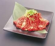 脂の甘さ、肉の味もそれぞれしっかりと濃い『和牛炙りカルビ』。【酒場れもん】では薄く大きめにカット、大満足の味わいを楽しめます。