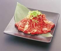 薄く大きめにカット。大満足の味わいを楽しめる『和牛炙りカルビ』