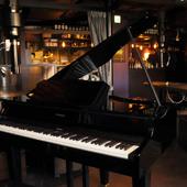 ピアノの音色と共に...。毎週金曜日はピアニストによる生演奏