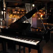 毎週金曜日はピアニストによる生演奏が愉しめます。ピアノの音色と共に、おいしい肉とワインはいかがですか。また、週末にはJAZZ LIVEも開催。JAZZをBGMに贅沢な時間を過ごすことができます。