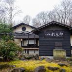 那須街道沿いにある一軒家です。広い敷地内には小川が流れ、四季折々の花や樹々が訪れる人を出迎えてくれます。那須の自然と一体となった贅沢なロケーション。窓からの眺めもご馳走の一つです。