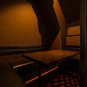 人目を気にせずにゆったりと食事を楽しめる個室と半個室あり