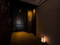 華美な看板などはなく、足元に灯る行燈と小さな表札が目印