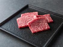 提供される肉は、店内で一枚一枚丁寧に手切り