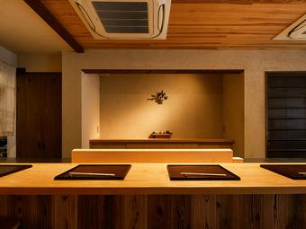 料理が出来上がる様子を目の前で見られる。職人技で魅了