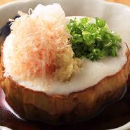京野菜「加茂ナス」を使った夏限定メニュー。じっくり揚げたナスは、濃厚な味わいのだしを吸い、とろけるような食感です。トッピングされたとろろと一緒にいただけば、さらになめらかな口当たりに。