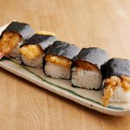 店主が修業時代、祇園の芸舞妓さんに差し入れしていたものをアレンジした逸品です。甘辛いタレを絡ませた薄衣の天ぷらを、俵型に握ったご飯の上に。タレが馴染み、素材とご飯の一体感を味わえます。