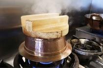 熱が均等に入る銅の羽釜で炊かれたご飯は、ふっくらツヤツヤ