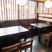ランチにぴったり。カジュアルに利用できるテーブル席