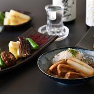 運営母体が酒類販店ということもあり、日本酒が豊富に取り揃えられています。毎月数種類の銘柄が新たに入荷。訪れる度に違った味に出合えるのも同店の魅力の一つです。