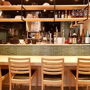 店内奥には、グリーンのタイルがおしゃれなカウンター席を完備。一人でふらりと訪れて、職人の包丁さばきを眺めながら蕎麦とお酒を満喫する。そんな贅沢なひとときも叶います。