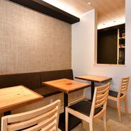 木の温もりと爽やかさが共存し、蕎麦店のイメージを一新するような洗練された空間は、デートにぴったり。お酒を嗜みながら『囲みそば』をシェアすれば、二人の距離も近付くはず。