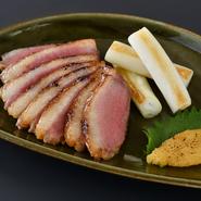 「お酒に合うメニューを」と考案された一品です。手間を惜しまず、両面に焼き目を付けてからオーブンでじっくり火入れをするというこだわりよう。甘めで品のある味わいが特徴的な、京都の西京味噌で仕上げています。
