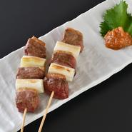 柔らかい肉質を持つ、国産の合鴨を厳選。また、江戸野菜として知られ、加熱すると甘みが出る「千住葱」は、明治から続く老舗葱問屋である【葱善】から直接仕入れています。