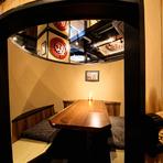 半個室も完備している【横浜 酒槽】。樽を模した独特の形で、気分を高めてくれます。周囲のゲストと顔を合わせることもなく、プライベート空間でマイペースに過ごせるのも嬉しいポイントです。