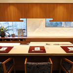 稲村ケ崎の丘に広大な敷地を持つ日本料理店。1000坪の庭では、春は桜、初夏は紫陽花、秋は紅葉など季節の花や木々を愛でられ、店内はゆったり憩える和モダンの内装。全国の名陶や輪島塗をはじめ、器も名品揃い。
