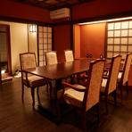 和モダンの設えが美しい広々とした個室があり、通常6名様まで、最大8名様まで利用が可能。大切なゲストをもてなす接待や会食、家族の記念日を祝う宴席などに最適です。人気のお部屋なので、早めの予約がお勧めです。