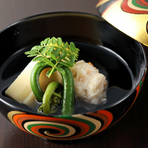 夜のおまかせ会席の楽しみの一つは、日本料理の華である季節の椀。血合抜き鰹節でひくだしは凛ときれいな味わいで、旬食材のおいしさがいっそう際立ちます。写真は春の例、『わたり蟹の真丈 京都の筍 山菜』。