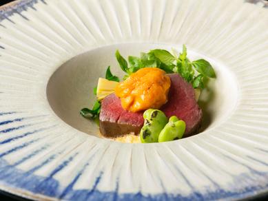コース料理のメイン『強肴(お肉料理)』。稲藁の香りを纏わせた和牛フィレ肉の低温調理