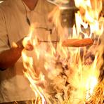 """豪快な炎を巻き上げて高温で燻す「藁焼き」や、昔ながらの囲炉裏で調理される「原始焼き」、備長炭を使った「炭火焼き」。素材にこだわり、""""焼き""""にこだわった料理の数々が楽しめます。"""