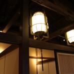 戦後の復興期から町の変遷を見守ってきた、木造の古民家。太く古い柱など貴重な内装の一部を残しつつ、新たに生まれ変わった店内には、どこか懐かしさを感じる居心地のよい空間が広がります。