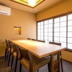 カウンター席とテーブル席がメインの1階に対して、2階には大小さまざまな個室が用意されています。一品料理のほか、コースメニューも充実しているので、シーンに合わせて利用できます。