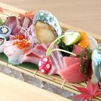 「自信を持ってお出ししたいから」と自ら市場に出向き、仲買人と相談しながらその日一番の食材を仕入れるのが川崎さんのスタイル。鮮度抜群の旬の地魚を最高の状態で味わえます。