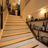 広く開放的な階段。壁にもレストランらしいお洒落な演出が