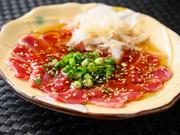 鹿児島県では有名な「ズリ刺し」ですが、ほとんど取り扱いがない高知県では食べられる場所が限られている貴重なメニューです。ごま油と塩、ネギ、タマネギと合わせてやみつきになる食感を味わえます。