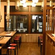 店内は木の香りが漂う、シンプルで優しい、温かみのある空間です。利用シーンを選ばず、誰もが肩ひじはらずに過ごせるのが魅力。旨い酒を飲みながらゆっくりくつろげます。