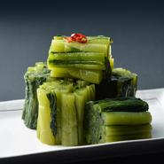 お通しの「野沢菜漬け」はおかわり自由です。いろいろな栄養素が豊富な野沢菜漬けは伝統食でもありながら、健康志向の現代人にもぴったりの食べ物です。