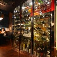 世界各国の厳選したワインや日本各地の銘酒を総計約100本!見ているだけでも楽しめるワインセラー!
