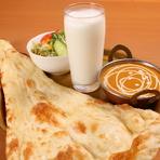 """タンドール釜や日本で手に入らないスパイスなどは、本場の味を出すためにインドでつくられたものを使用。オーナーや料理人の努力によって、""""おいしい""""が国境を越えて届けられています。"""