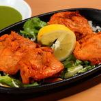 カレーと一緒に食べたくなる肉料理、その代表格の一つが『チキンティカ』です。『タンドリーチキン』よりも骨がなく食べやすいために、お酒のおつまみとしてもお子様にもぴったりです。
