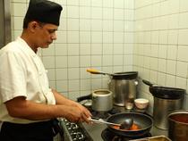 丁寧な料理づくりを心がけている料理人