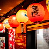 店内のあちこちに飾られた提灯が、昭和レトロな雰囲気を演出