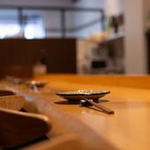 カウンターまたは2名用テーブル。好みで選べる大人のデート空間