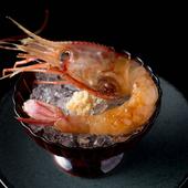 中華料理を参考に、独自の調味料仕に漬けて仕立てた『ボタン海老の酔っ払い海老』