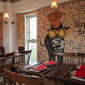 レンガの壁に描かれた牛のイラストもかわいい