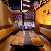 壁に囲まれ隣の席が気にならない、個室のようなテーブル席