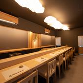 白木のカウンターが目を引く、無駄を省いたシンプルな空間
