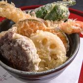 甘めのタレがかかった天ぷらは後を引くおいしさ。女性でもペロリといただける『おまかせ天丼』