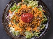 タコライスの肝であるミンチは料理人が研究を重ね、常に改良されています。自家製サルサソースはどの年代でも楽しめるよう辛さ控えめ。お子様からお年寄りの方まで、気軽に沖縄本場の味を楽しめます。