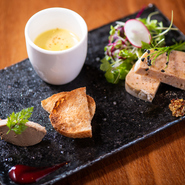 白レバーのムースやパテなど、新鮮な鶏と季節野菜を使った前菜3品の盛り合わせ。 ※『おまかせコース』より