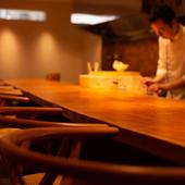 中華には珍しいオープンキッチンでダイナミックな調理を目近に