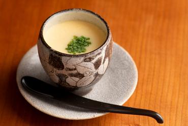 和のルックスに中華味、驚きのある一品『すっぽんの茶碗蒸し』